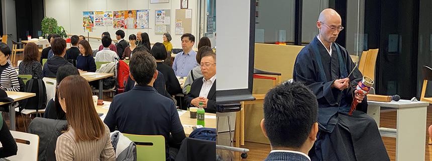 瞑想する参加者と内田氏の写真